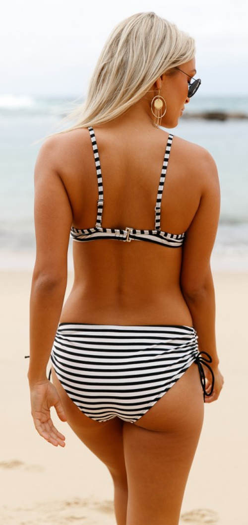 Dvoudílné zebrované plavky s vyššími kalhotkami