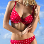 Červené puntíkované dámské plavky pro plnoštíhlé