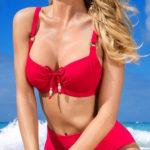 Klasické červené dvoudílné plavky pro ženy plnějších tvarů