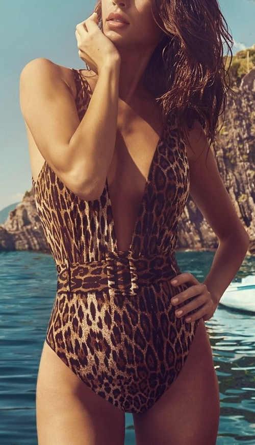 Leopardí dámské jednodílné plavky s páskem a hlubokým výstřihem