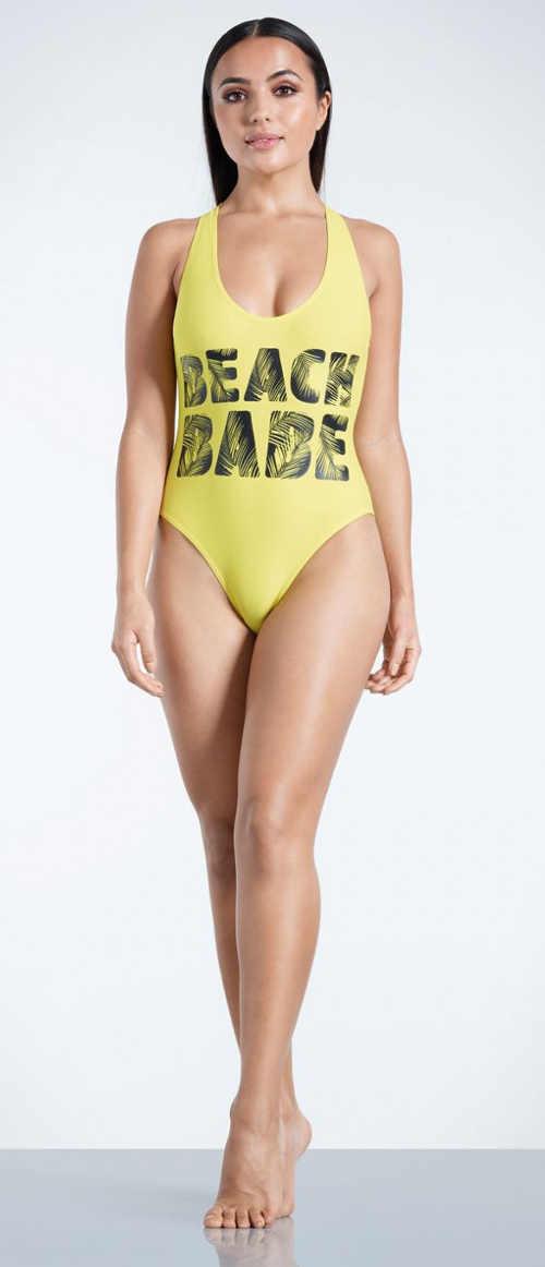 Žluté jednodílné plavky s nápisem na předním díle