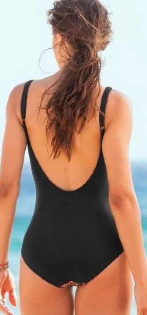 Černé zeštíhlující jednodílné plavky s vykrojenými zády