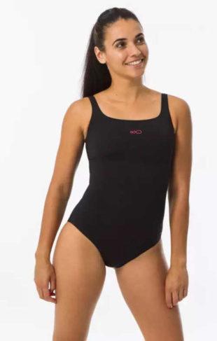 Jednodílné sportovní plavky v kvalitním provedení zvýrazňující poprsí